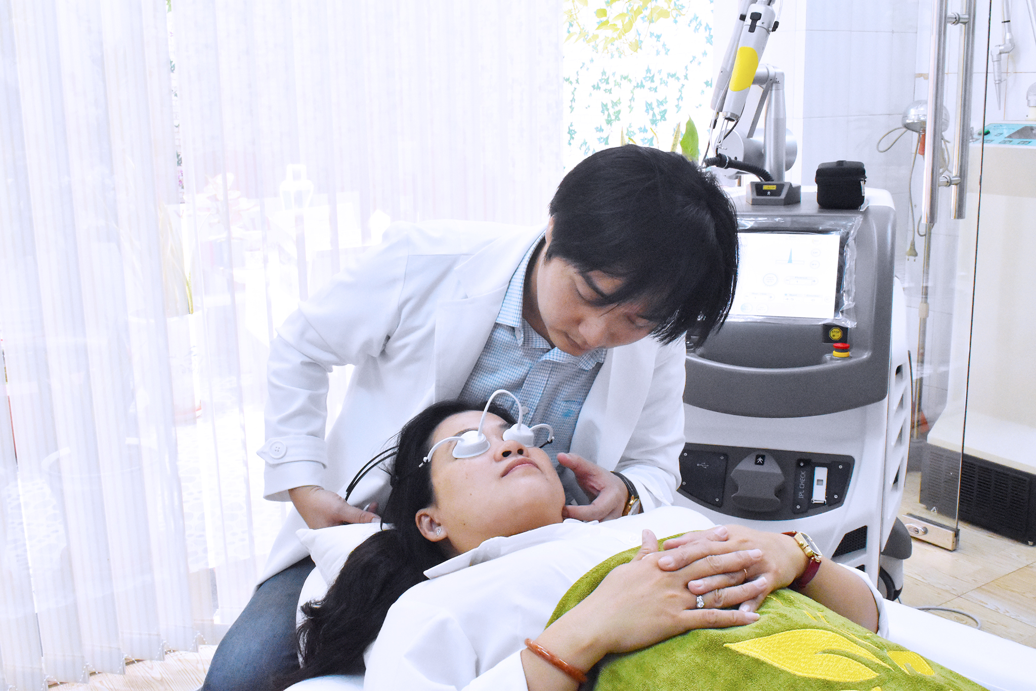 laser Q-Plus A tại Thanh Long Dermatology Clinic