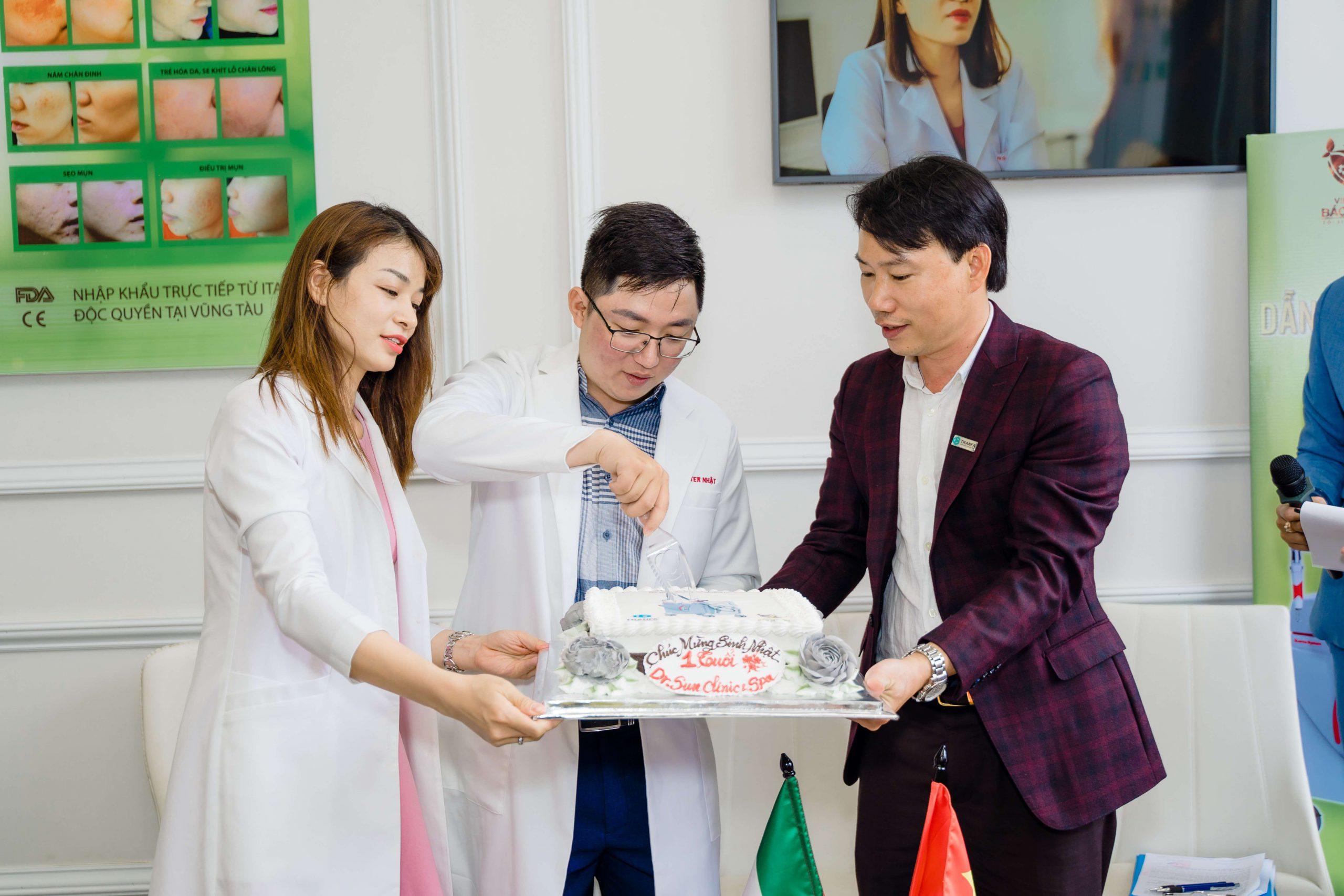 CEO TRANFA cùng BS. PHI NHẬT và BS. THU MAI cắt bánh kem chúc mừng sinh nhật Viện Laser BS. Nhật